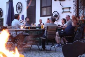 SingerSongWriter Innenhof mit Feuerschale_WEB